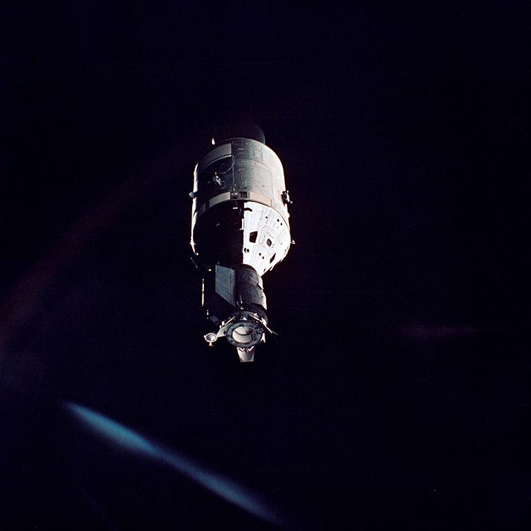 Apollo s dokovacím modulem, zachycené objektivem sovětských kosmonautů