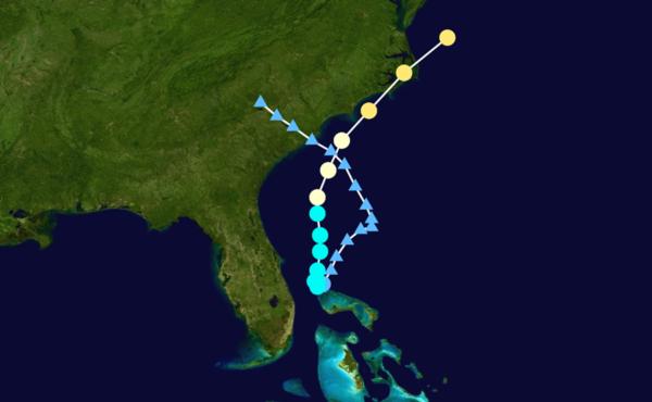Trajektorie hurikánu Arthur. jednotlivé body značí polohu centra bouře v šestihodinových intervalech. Jejich barva odpovídá rychlosti větrů v jádru.