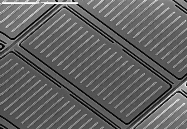 uspořádané řady mikrozávěrek NIRspec ve velkém přiblížení