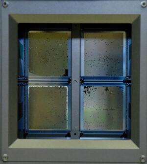 detail desky mikrozávěrek o čtyřech polích, na snímku je patrné otevření/uzavření různých mikrozávěrek