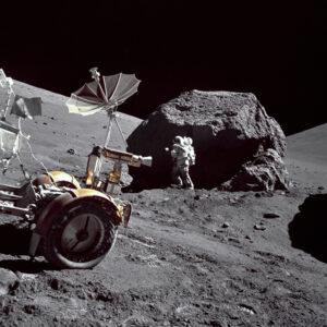 Jack Schmitt zkoumá skálu na Měsíci