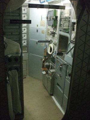 Toaleta na Skylabu. Fakt, že je na stěně, nemá ve stavu beztíže velký význam...