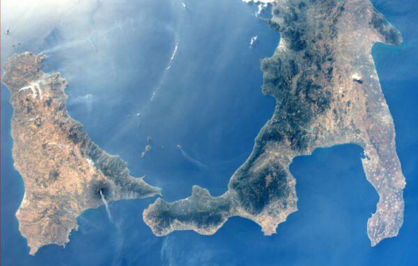 Apeninský poloostrov a Sicílie - povšimněte si kouře z Etny