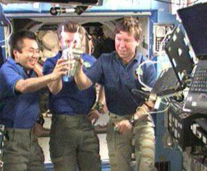 Členové Expedice 19 si připíjejí recyklovanou vodou. Na zdraví!