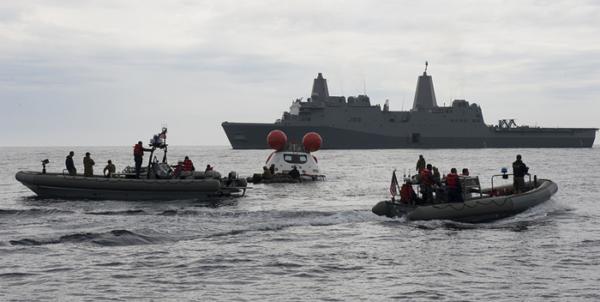 Cvičná záchrana lodi Orion, na které se podílelo i americké námořnictvo.