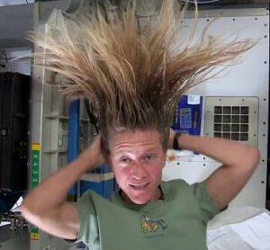 Karen Nyberg si myje vlasy