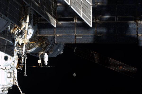 """Evropská loď se připojila k modulu Zvezda a na snímku Alexandra Gersta vidíme v pozadí ustupující """"superúplněk"""""""