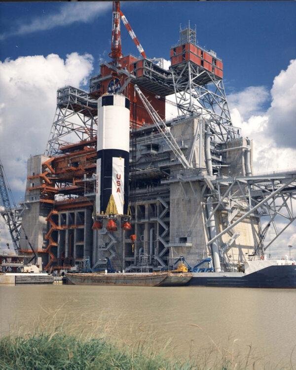 Testovací stanoviště B-2 při zvedání prvního stupně rakety Saturn V. SLS bude ještě o 50% delší.
