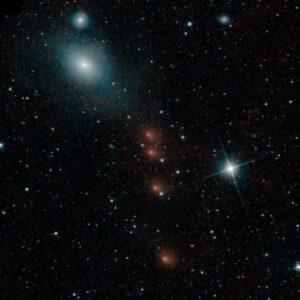 C/2013 A1 na kompozitním snímku sondy NEOWISE