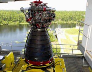 Motor RS-25 připravený ke statickým zkušebním zážehům