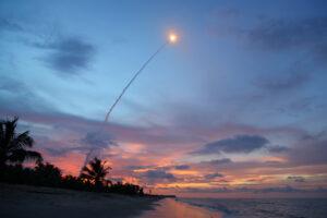 Start zásobovací lodi ATV-4 Albert Einstein focený z pobřeží Atlantiku