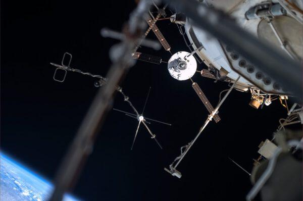 Pohled na blížící se loďATV přes antény na povrchu ISS