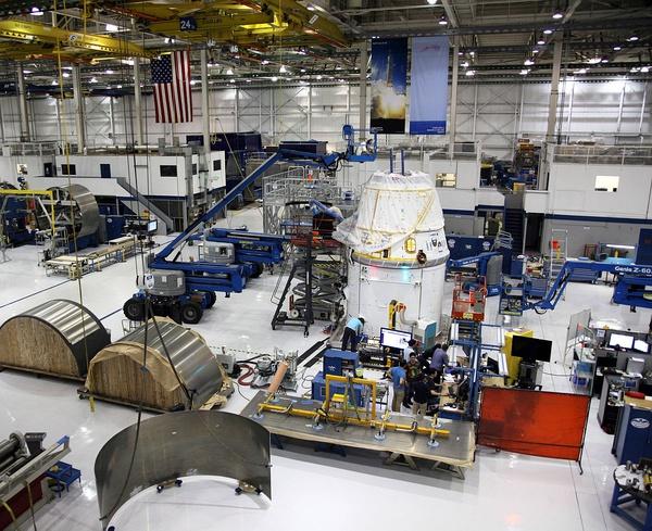 Hala společnosti SpaceX, kde vznikají lodě Dragon
