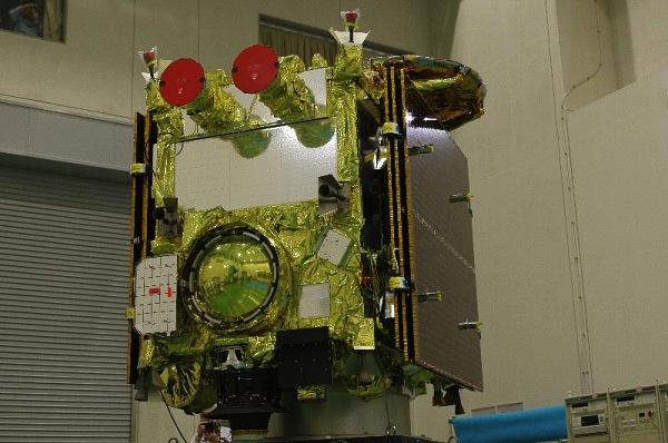 Na této fotografii můžete vidět návratové pouzdro, které dopraví odebrané vzorky na Zemi - jedná se o kruhový útvar ve spodní části sondy.