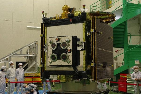 Z tohoto úhlu jsou skvěle vidět 4 iontové motory - hlavní pohonný systém sondy.
