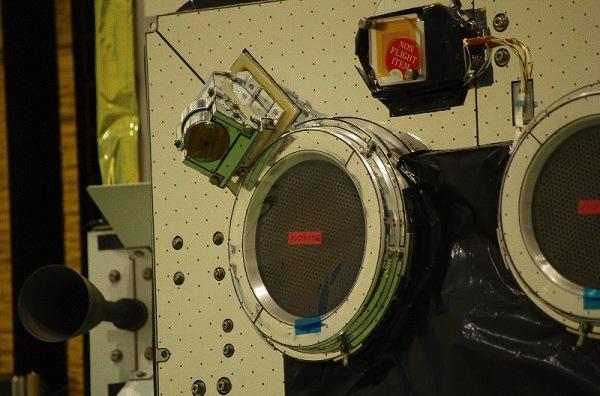Jeden iontový motor v detailním záběru - v rohu vidíme druhý iontový motor.
