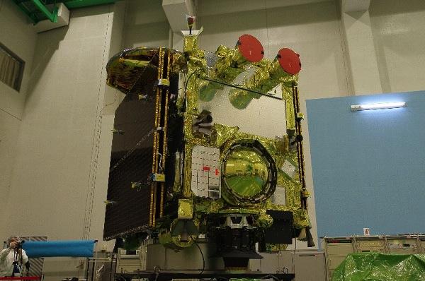 Pokud by Vás zajímalo, co je pod červenými ochrannými kryty v horní části sondy, pak vězte, že se jedná o sledovače hvězd, které pomohou sondě se správnou orientací v prostoru.