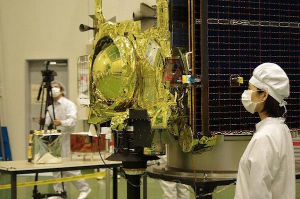 Technici u sondy Hayabusa 2 - návratové pouzdro je dobře vidět.