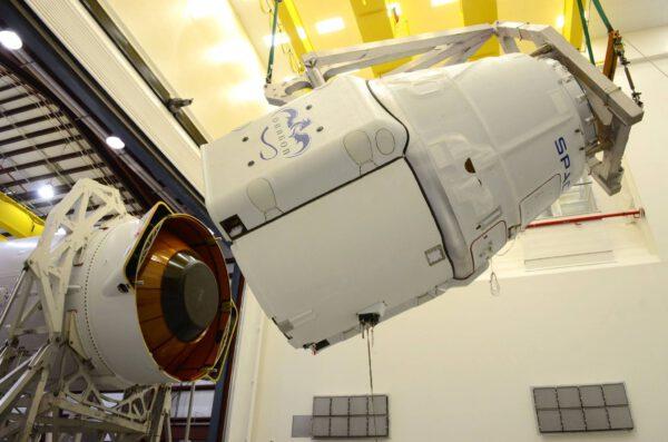 Připojování Dragonu k raketě Falcon 9.