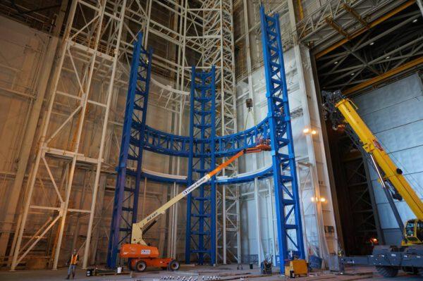 Stavba Vertical Assembly Center v průběhu března 2014.
