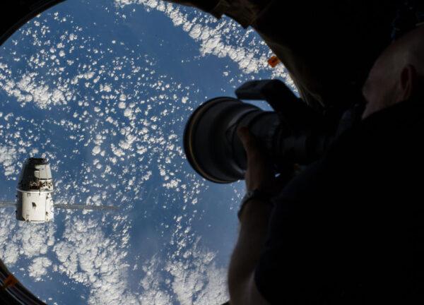 Alexander Gerst dokumentující přílet Dragonu.