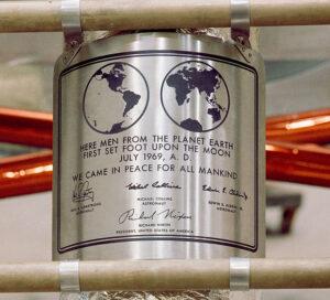 Plaketa Apolla 11 umístěná na noze lunárního modulu.
