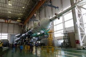 Raketa Sojuz v montážní hale