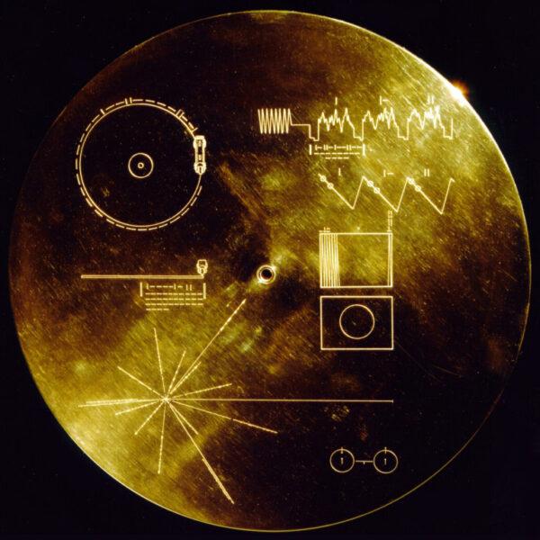 Zadní strana gramofonové desky s návodem k přehrání a zpáteční adresou.