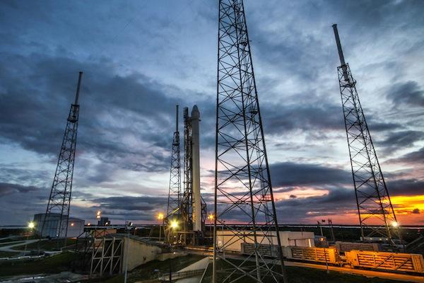 Falcon 9 na startovní rampě.