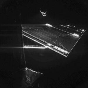 Fotografie části sondy a komety pořízená z landeru Philae.