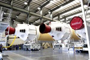 Tři základní raketové bloky pro první stupeň rakety Delta IV Heavy.