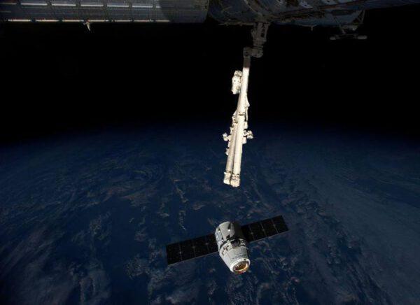 Dragon 10 metrů od ISS čeká na zachycení.
