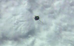 Sojuz TMA-14M přilétá k ISS - dobře je vidět jeden nerozvinutý panel