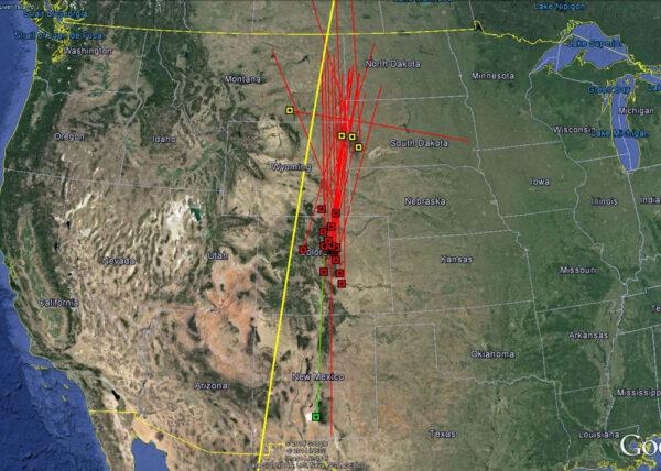 Žlutě zvýrazněná plánovaná dráha přeletu družice Kosmos 2495 porovnaná se svědeckým pozorováním