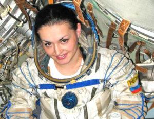 Jelena Serovová během pozemní zkoušky skafandru