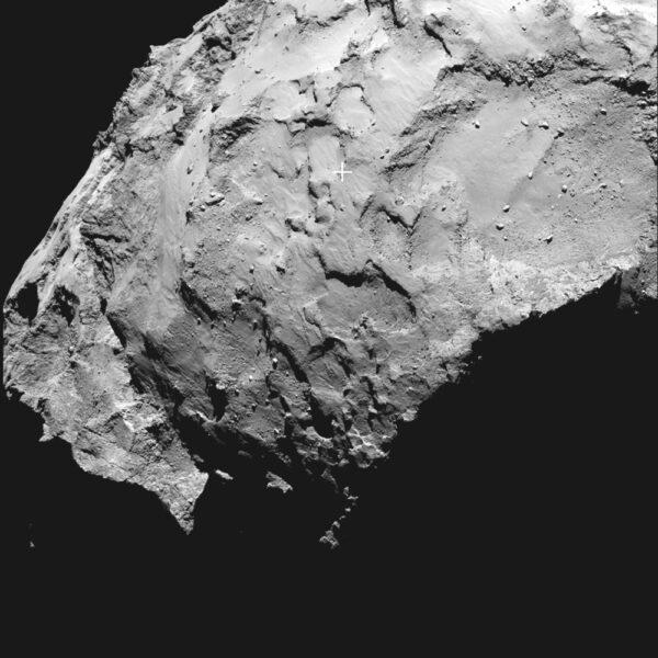 Detailní pohled na přistávací oblast - Philae má dosednout do místa označeného křížkem.