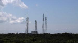 Falcon 9 s Dragonem na rampě