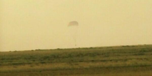 Přistání Sojuzu TMA-12M v Kazachstánu. Za chvíli k nim dorazí záchranné týmy. zdroj:nasa.gov