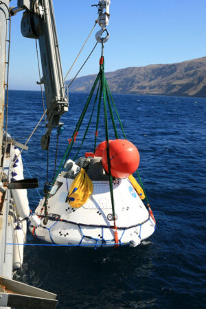 Orion zavěšený na jeřábu lodi USNS Salvor