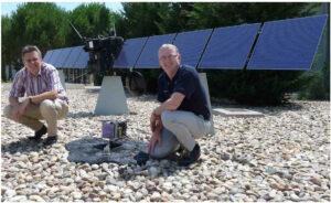 Michael Küppers (vlevo) a Laurence O'Rourke před modelem Rosetty a Philae v měřítku 1:4 v ESAC Kredit: ESA Fotogalerie