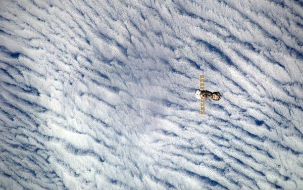 Sojuz se už odpojil od ISS a bezpečně se vzdaluje, aby mohl zakrátko provést brzdící zážeh. zdroj:nasa.gov