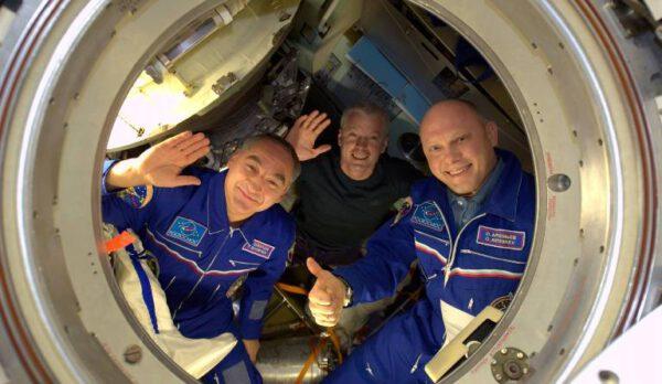 Alexander Skvorcov, Steven Swanson a Oleg Artěmjev mávají svým kolegům během nastupování do Sojuzu TMA-12M, který je dopraví na Zemi. zdroj:nasa.gov