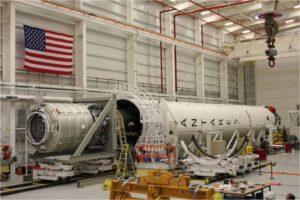 Připojování lodi Cygnus ke druhému stupni rakety Antares.
