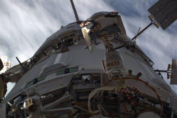 Servisní modul Zarja a k němu připojená evropská nákladní loď ATV-5. Povšimnětě si, že podélná osa stanice směřuje přímo k Zemi. Je tak dočasně orientována kvůli odletu lodi Sojuz TMA-12M.