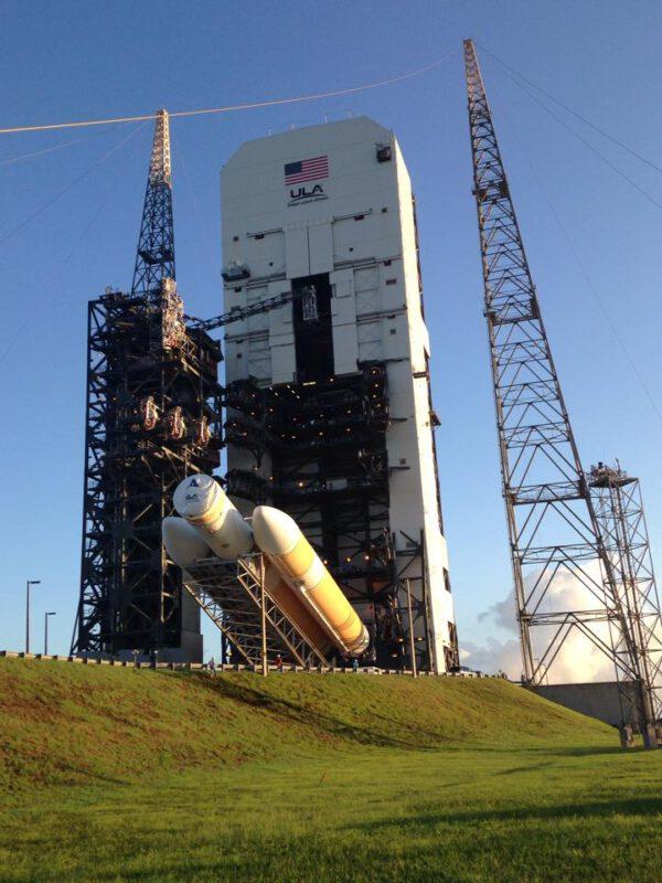 Raketa Delta IV Heavy je mezitím převezena na rampu, kde dojde k jejímu konečnému testování a v poslední fázi na ní bude posazena i připravená loď Orion