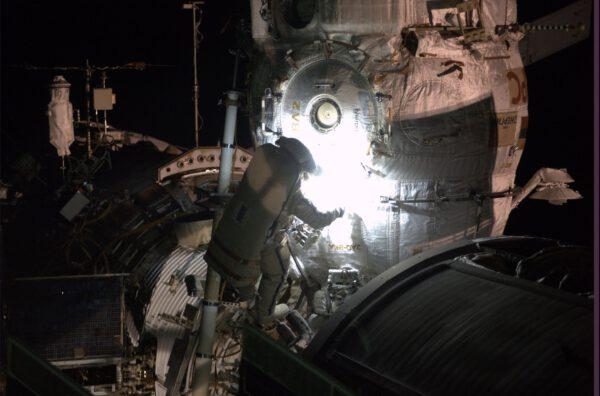 Maxim Surajev během orbitální noci