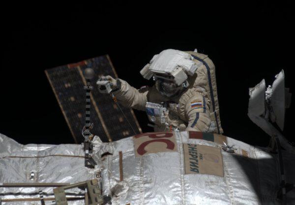 Alexander Samokuťajev během výstupu do otevřeného kosmu.