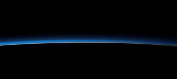 Nesmírně tenká vrstva atmosféry, která chrání veškerý známý život. Všichni kosmonauti vyprávějí o tom, jak si zranitelnost naší planety uvědomují právě při pohledu na atmosféru z výšky několika set kilometrů.