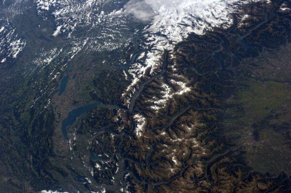 Alpy. Při podrobnějším pohledu lze najít Mont Blanc i Matterhorn.