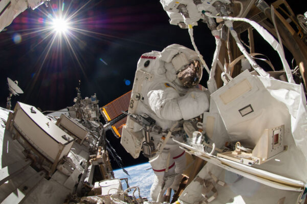 Gregory Wiseman během výstupu z ISS